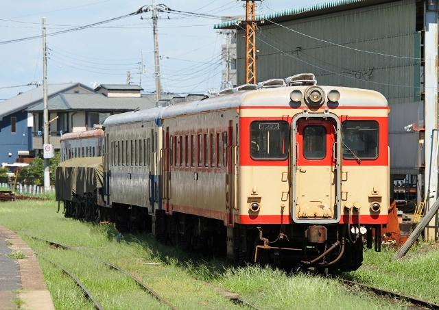 那珂湊 キハ2005  昭和41年東急車両 後方はキハ222昭和37年富士重工