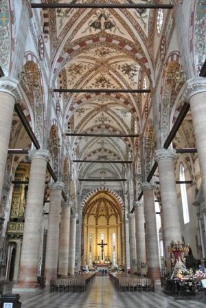 サンタナスターシア教会内部