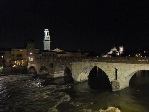 橋とアディジェ川