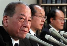 写真は検察役の3人の指定弁護士。手前から村本道夫氏、大室俊三氏、、山本健一