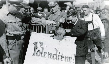 ナチス党員に丸刈りにされる女性
