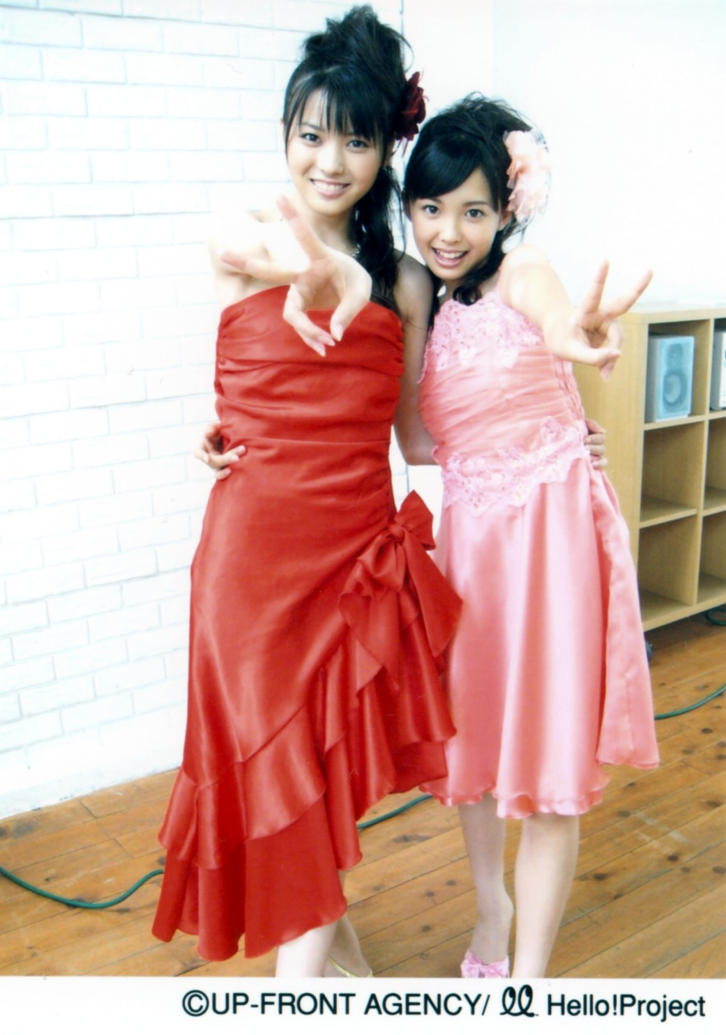 PINKのドレスの中島早貴 赤のドレスの矢島舞美 071207オフショット①