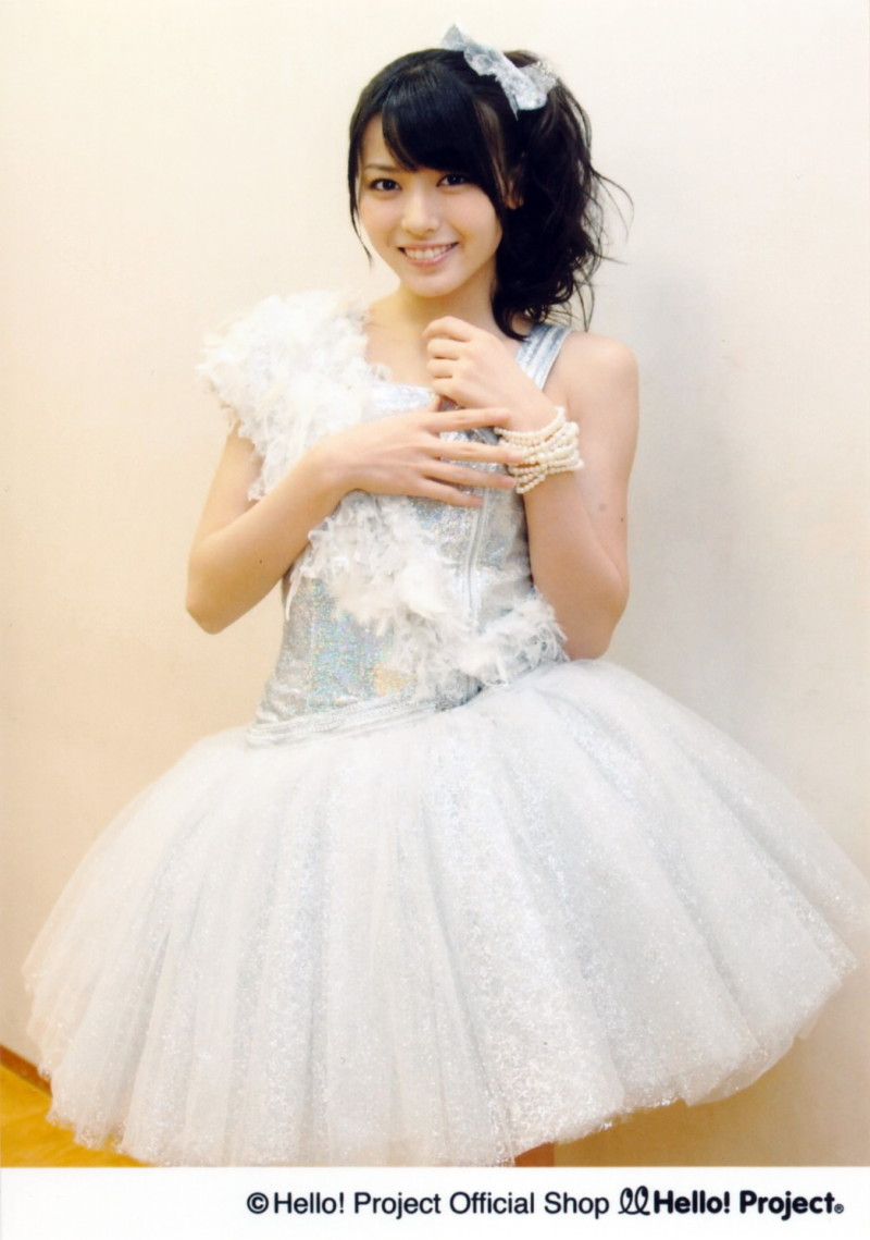 腕にパールの腕飾り グレイのおリボン グレイのキャミ 白のスカート 矢島舞美