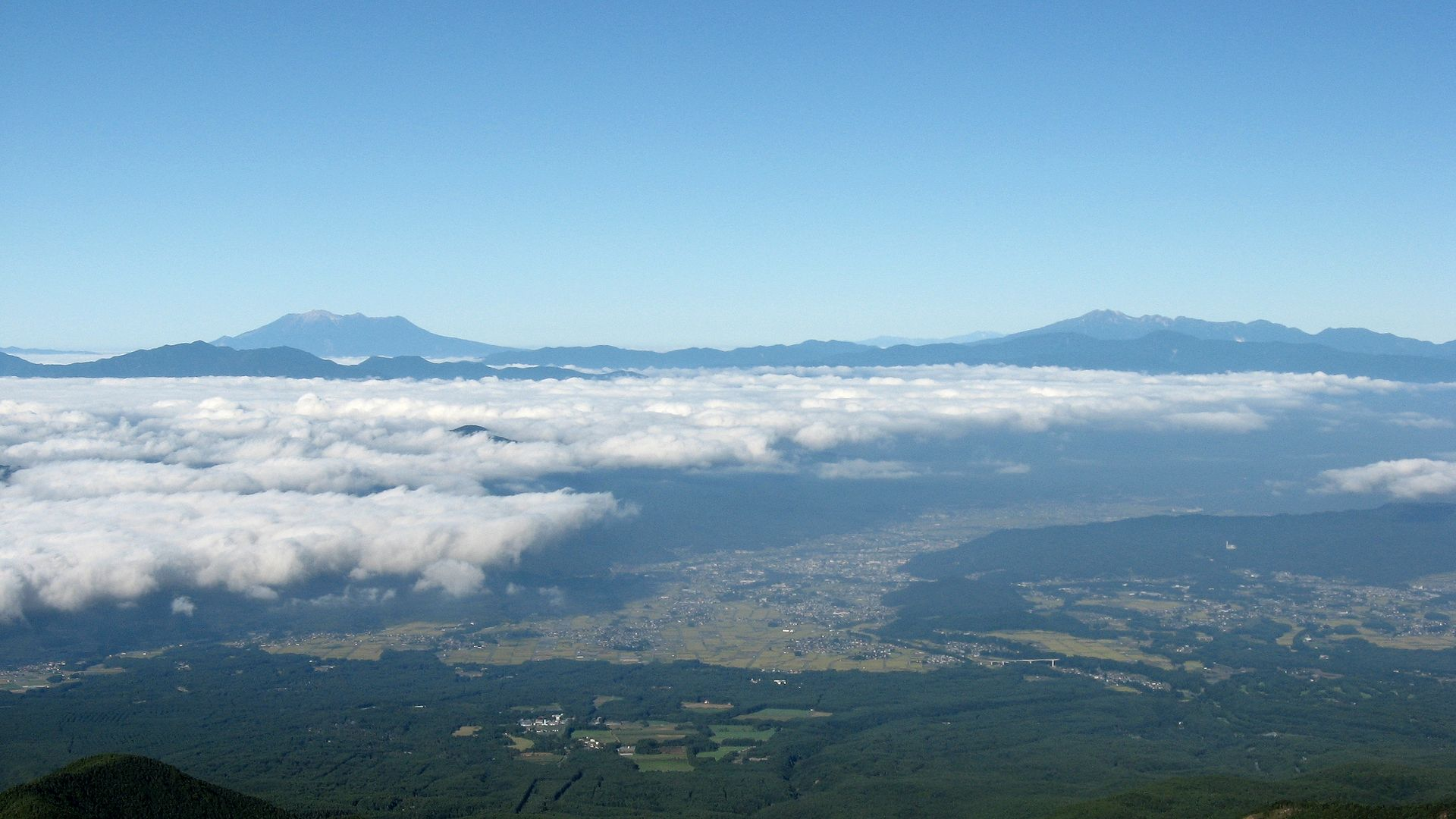 Mt_Ontake_and_Mt_Norikuradake_from_Mt_Yatsugatake_01.jpg