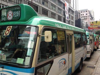 バスが4台スタンバイ中です