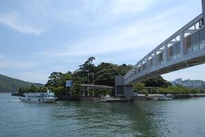 真珠島と鳥羽をつなぐパールブリッジ。鳥羽湾を見ながら真珠島へお渡りいただけます。