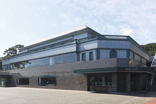 真珠博物館(パールミュージアム)に隣接した施設で、「パールショップ」でのショッピングや、「阿波幸」でのお食事をお楽しみ頂けます。
