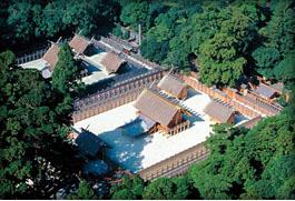 新旧並ぶ内宮の正宮(写真は平成5年のもの)