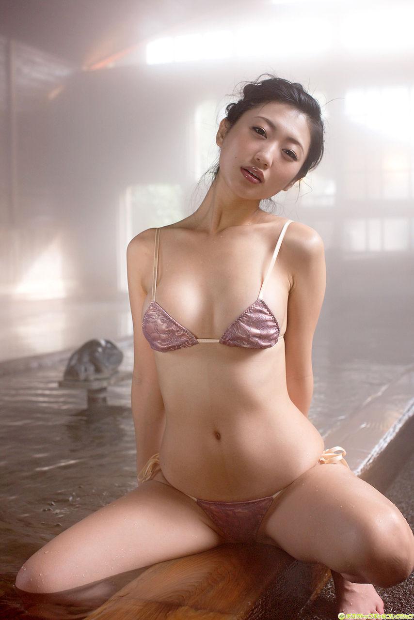 壇蜜 セクシー ビキニ水着 開脚 ハミ乳 カメラ目線 表情 誘惑 高画質 エロかわいい画像