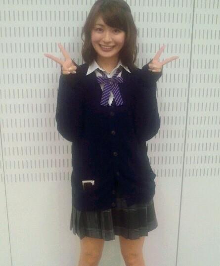 八田亜矢子 セクシー学生服 笑顔でWピース エロかわいい画像