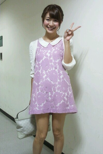 八田亜矢子 セクシー私服ワンピースミニスカート太もも生足 笑顔でピース エロかわいい画像