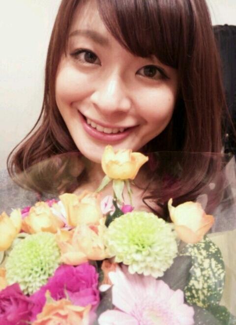 八田亜矢子 花束で笑顔 エロかわいい画像