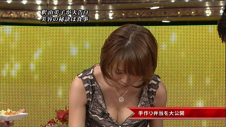 釈由美子 セクシー 胸チラ おっぱいの谷間 前屈み キャプチャー 着エロ 高画質 エロかわいい画像