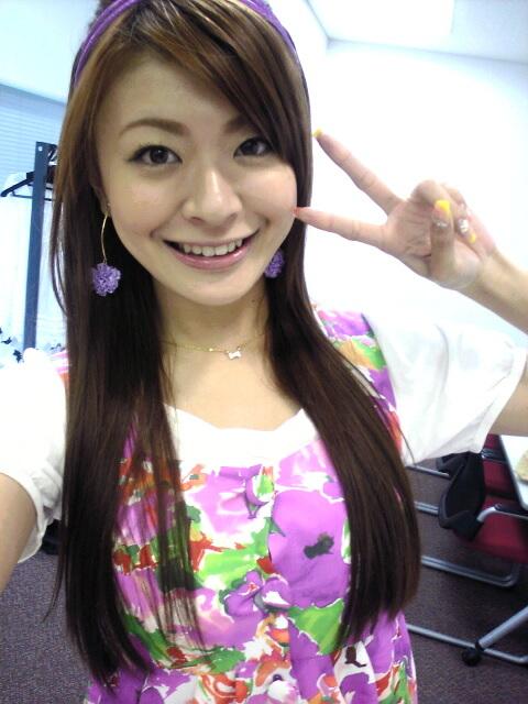 八田亜矢子 セクシーストレートロングヘア 顔アップ 笑顔 ピース エロかわいい画像
