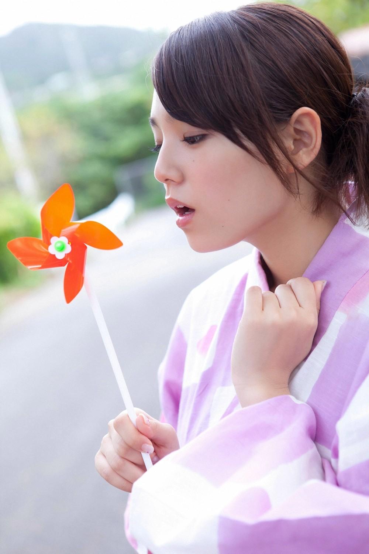 篠崎愛 セクシー 浴衣姿 風車 口開け 顔アップ 高画質 エロかわいい画像