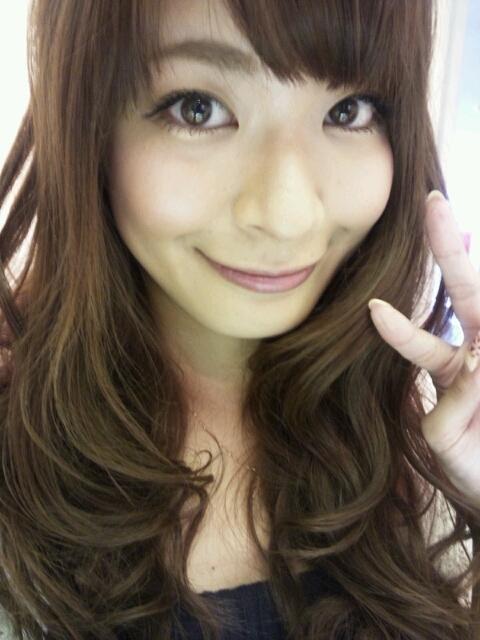 八田亜矢子 セクシーふわふわカールヘア 顔アップ 笑顔 ピース エロかわいい画像