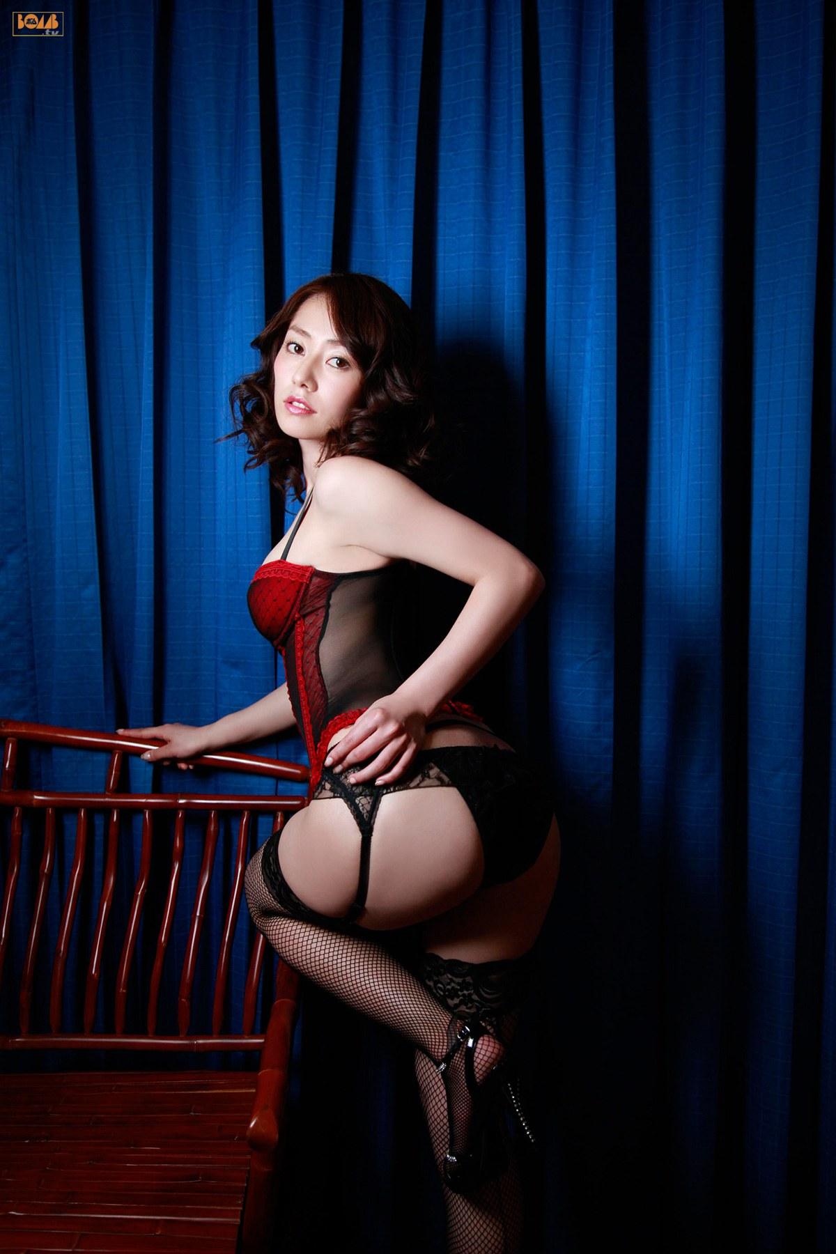 谷桃子 セクシー ランジェリー カメラ目線 ガーターベルト 網タイツ お尻 パンティー バック 高画質 エロかわいい画像