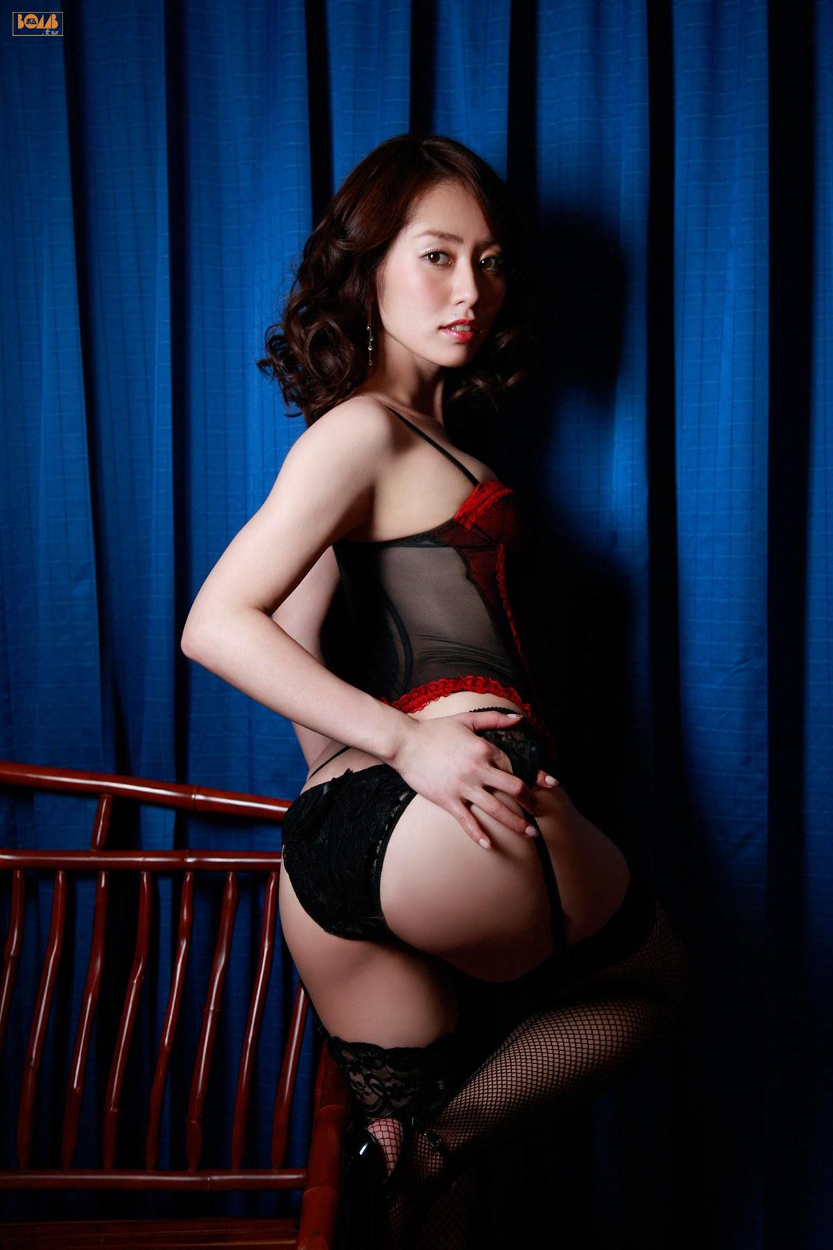 谷桃子 セクシー ランジェリー カメラ目線 ガーターベルト 網タイツ お尻 誘惑 高画質 エロかわいい画像