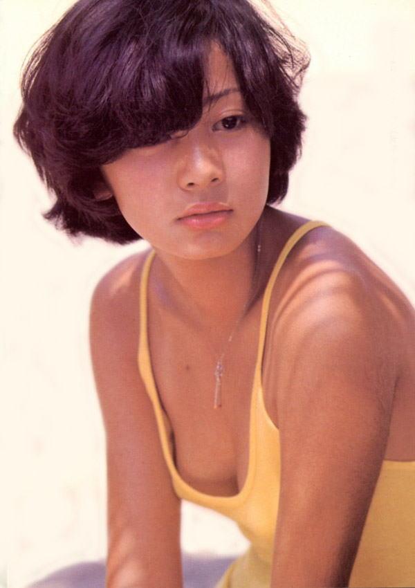 片平なぎさ セクシー 顔アップ ショートヘア 胸チラ 前屈み おっぱいの谷間 70年代アイドル エロかわいい画像