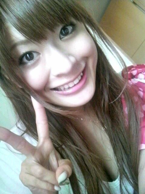 八田亜矢子 セクシー胸チラ谷間 顔アップ アヒル口 唇 ピース エロかわいい画像