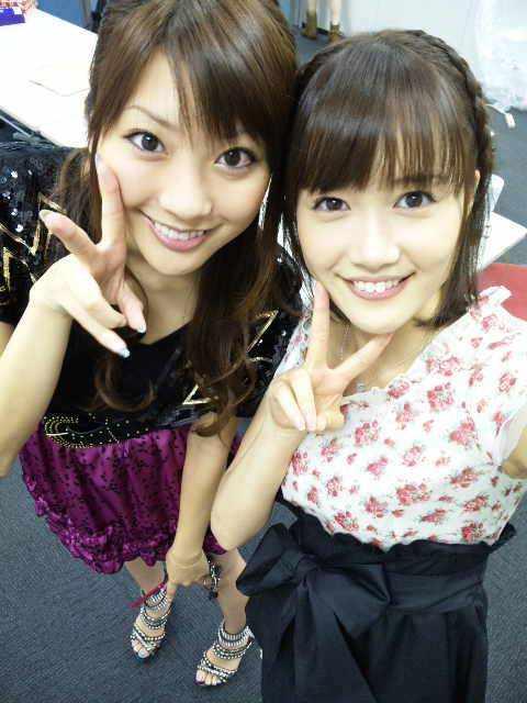 大澤亜季子 山岸舞彩 セクシー上目遣い 顔アップ ピース 笑顔 エロかわいい画像