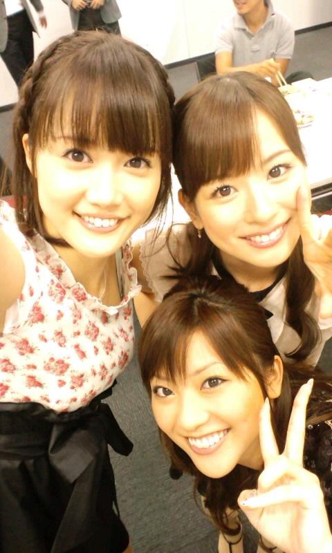 皆藤愛子 大澤亜季子 山岸舞彩 セクシー上目遣い 顔アップ ピース 笑顔 エロかわいい画像