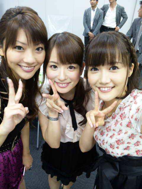 皆藤愛子 大澤亜季子 山岸舞彩 セクシー上目遣い 顔アップ ピース 笑顔 エロかわいい画像2
