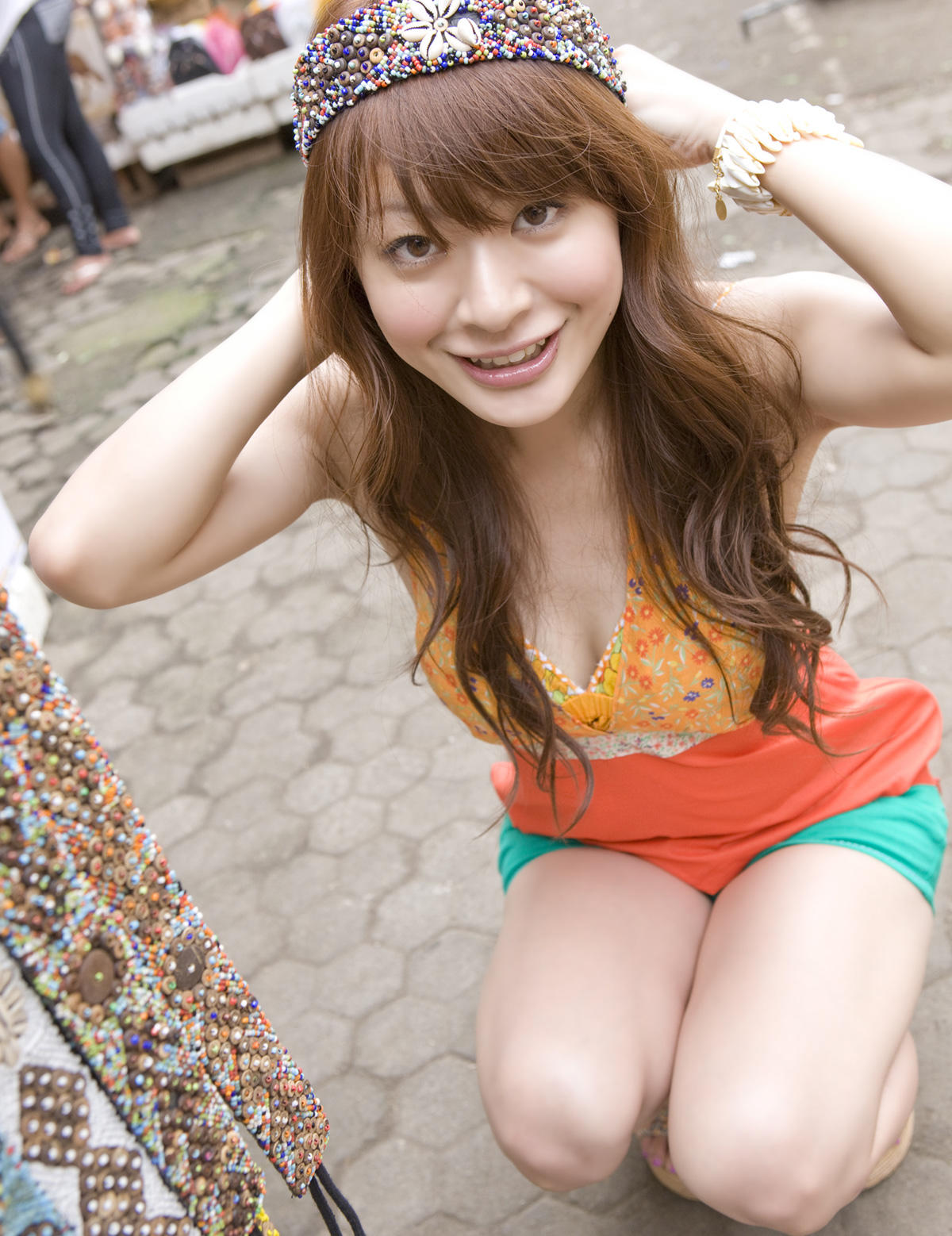 八田亜矢子 セクシー上目遣い 谷間 太もも 笑顔 エロかわいい画像