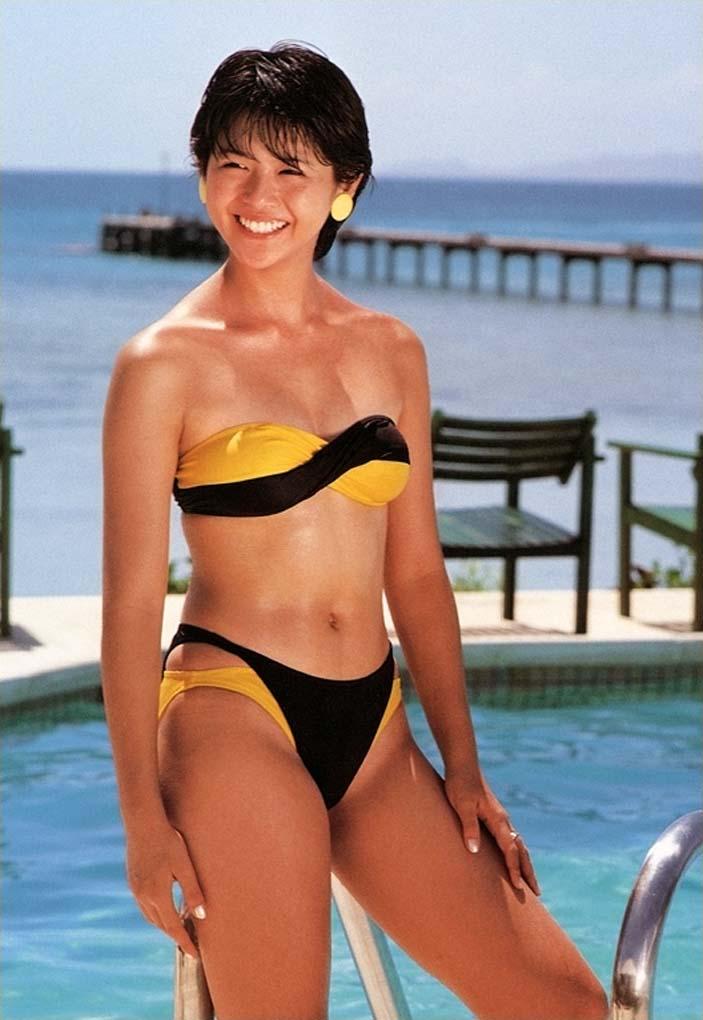 小泉今日子 セクシー ビキニ 水着 ムチムチ 太もも ショートカット 笑顔 80年代 エロかわいい画像7