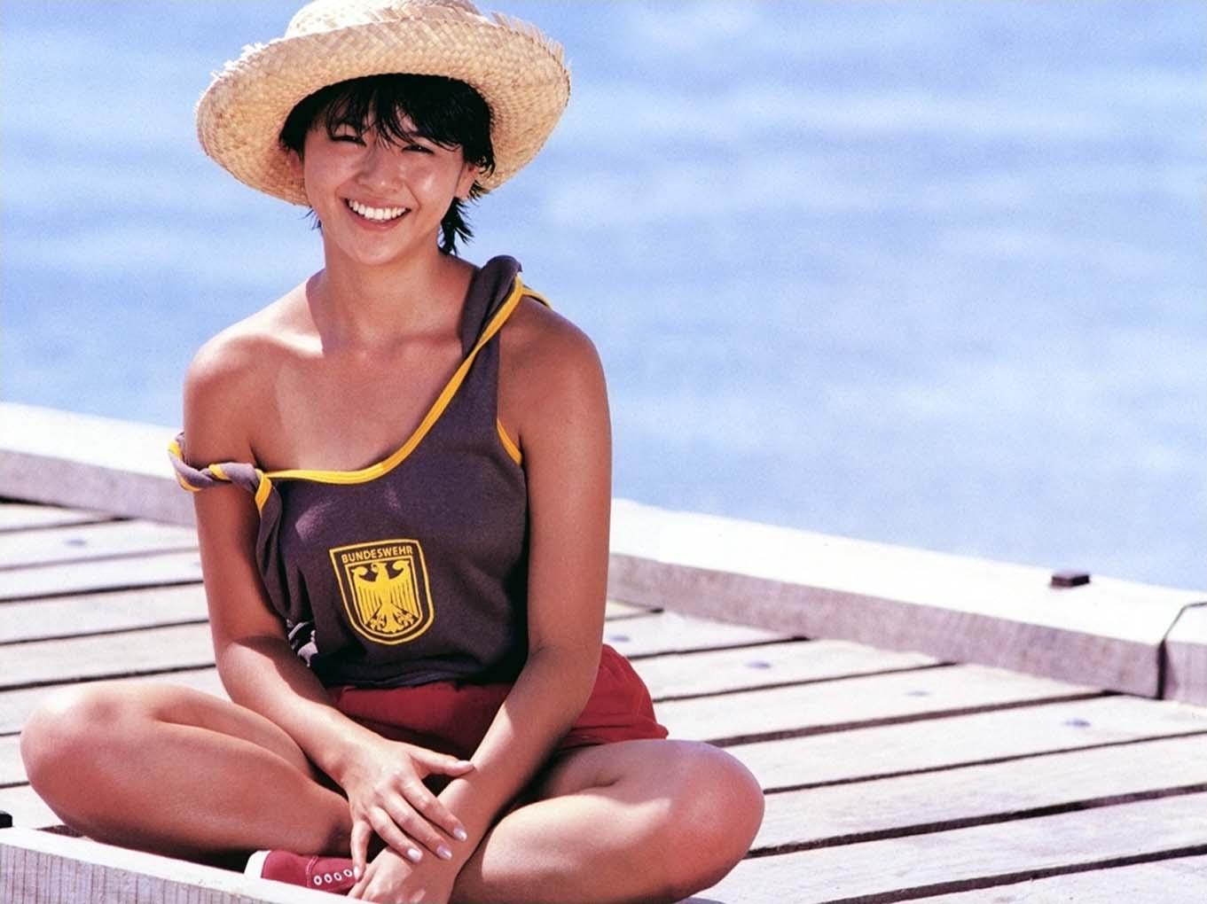 小泉今日子 セクシー 肩出し 短パン ムチムチ 太もも ショートカット 笑顔 80年代 エロかわいい画像11