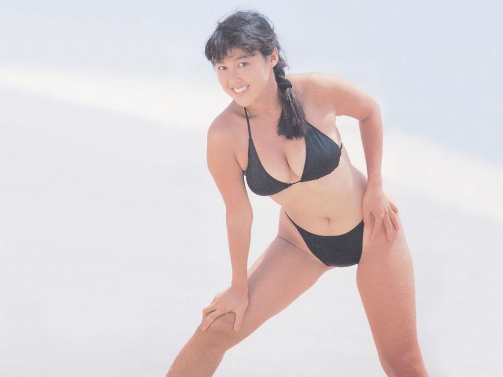 堀江しのぶ セクシー おっぱいの谷間 ビキニ 水着 巨乳 ムチムチ 80年代 エロかわいい画像1