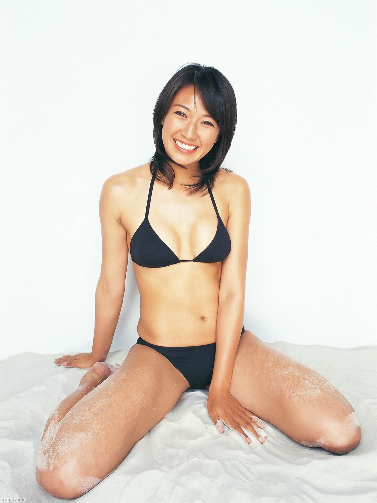 浅尾美和 セクシー 日焼け おっぱいの谷間 ビキニ 水着 太もも 開脚 局部 笑顔 エロかわいい画像8
