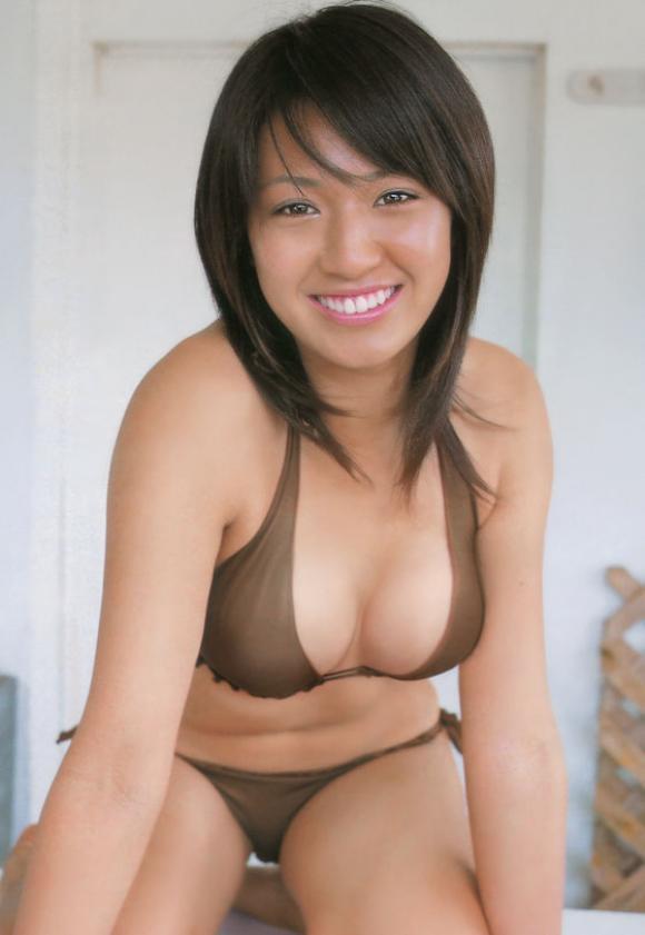 浅尾美和 日焼け セクシー おっぱいの谷間 巨乳 ビキニ 水着 笑顔 前屈み エロかわいい画像10