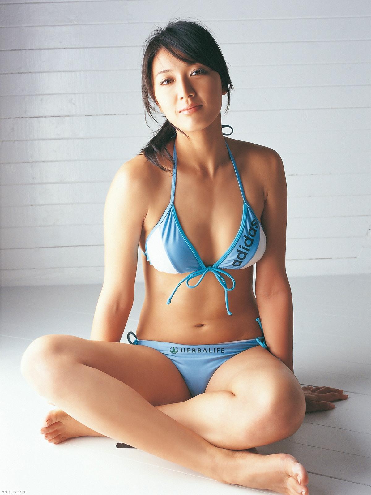 浅尾美和 日焼け セクシー おっぱいの谷間 巨乳 ビキニ 水着 開脚 局部 笑顔 エロかわいい画像11