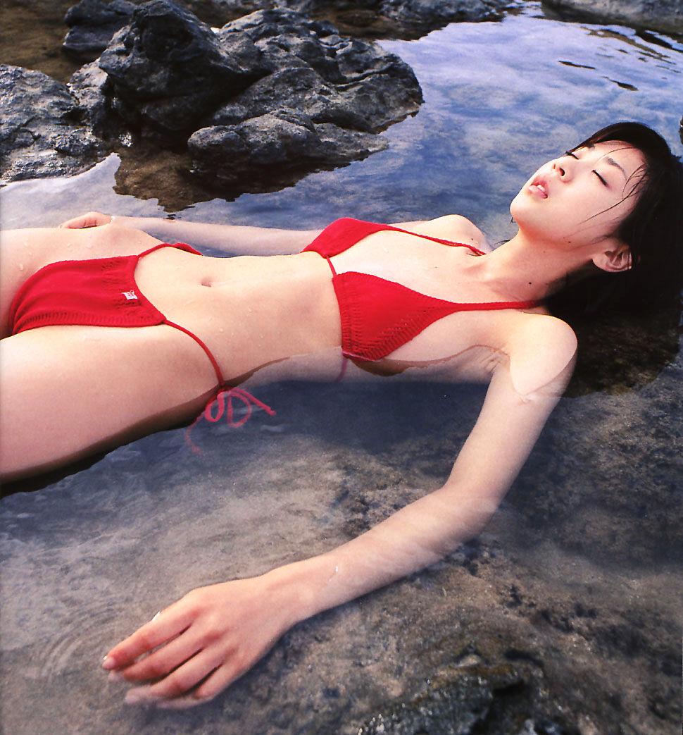 ほしのあき セクシー 寝ている ハイレグ ビキニ 水着 食い込み スジ 局部 エロかわいい画像11