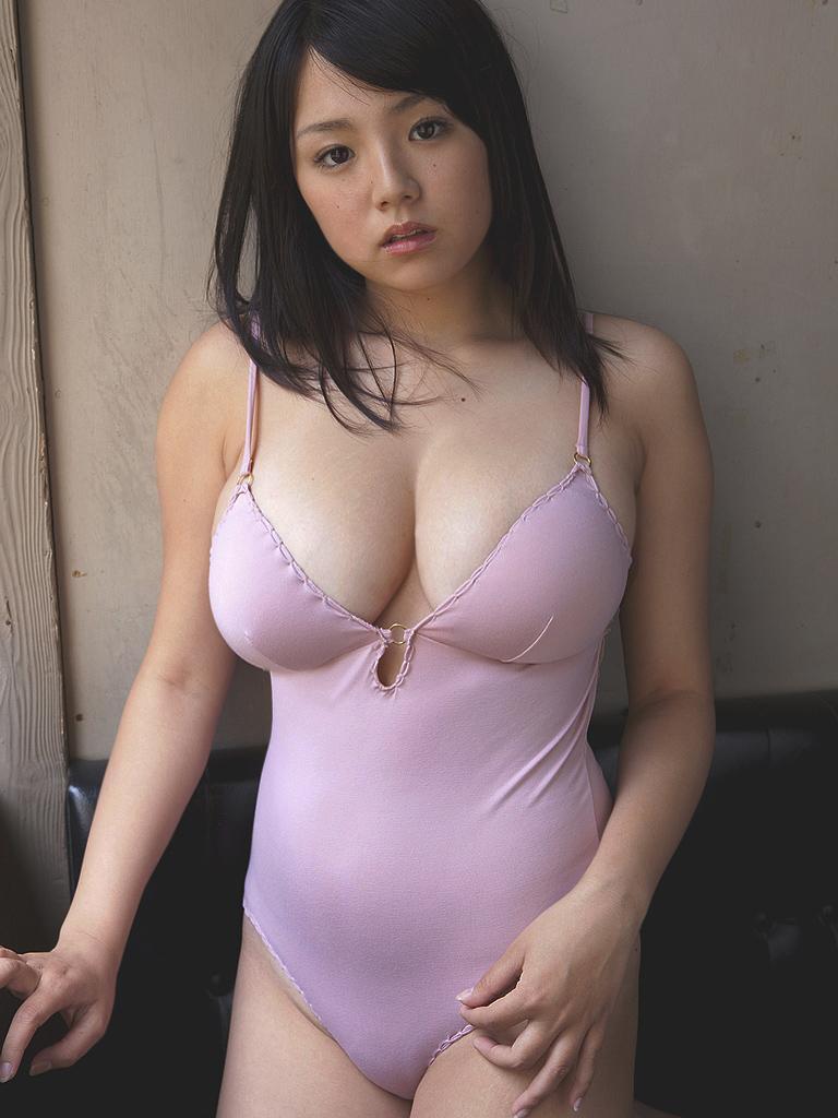 篠崎愛 セクシー おっぱいの谷間 巨乳 爆乳 下着 エロかわいい画像1