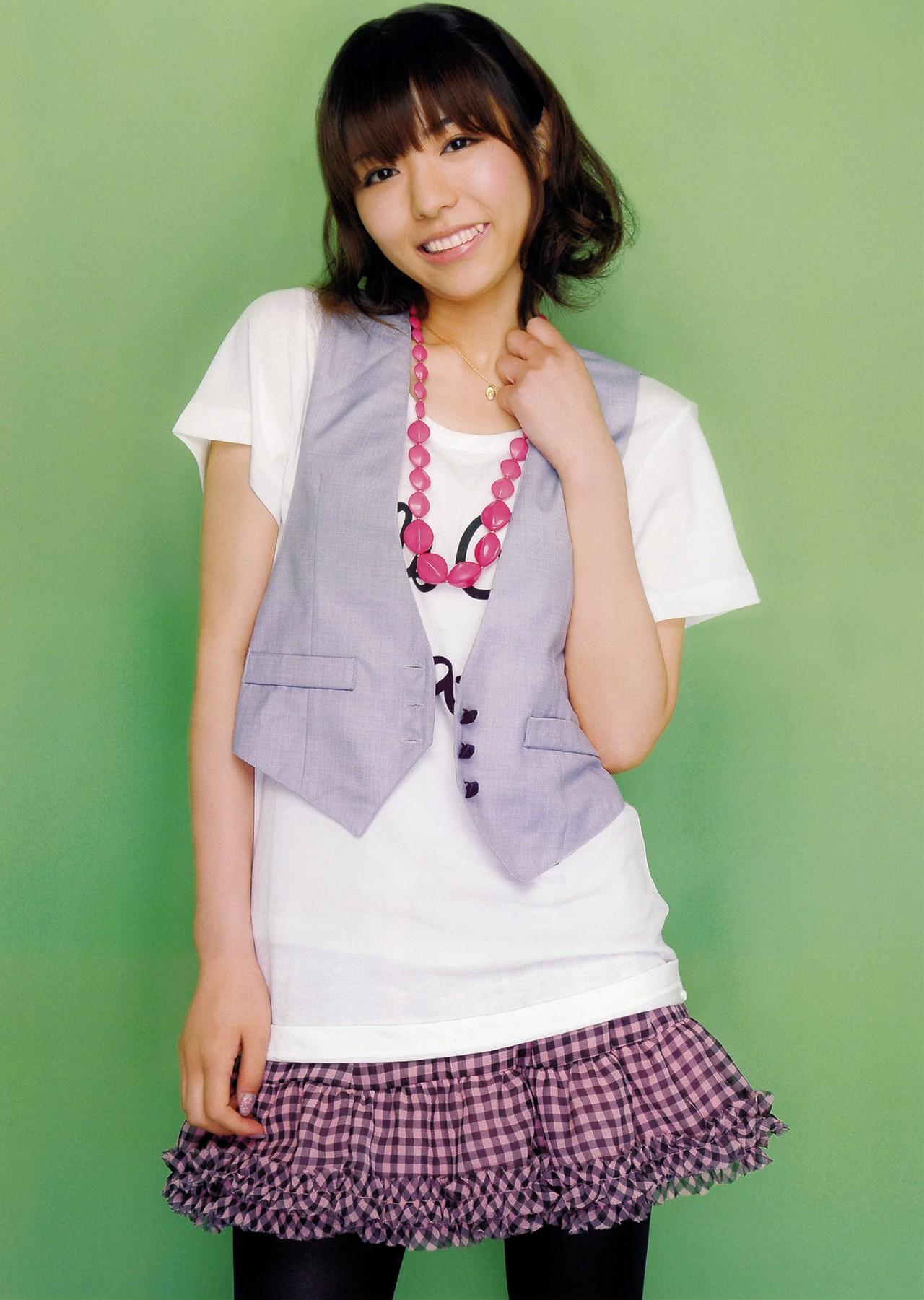 声優 豊崎愛生 セクシー 八重歯 顔アップ 笑顔 スカート 全身 エロかわいい画像3