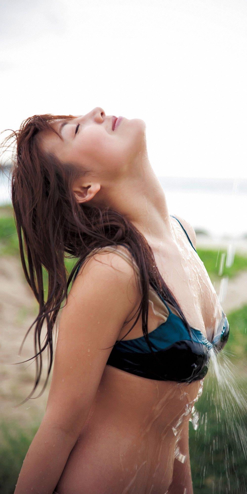 安めぐみ セクシー おっぱいの谷間 巨乳 シャワー 水ぶっかけ ビキニ 水着 目を閉じている エロかわいい画像58