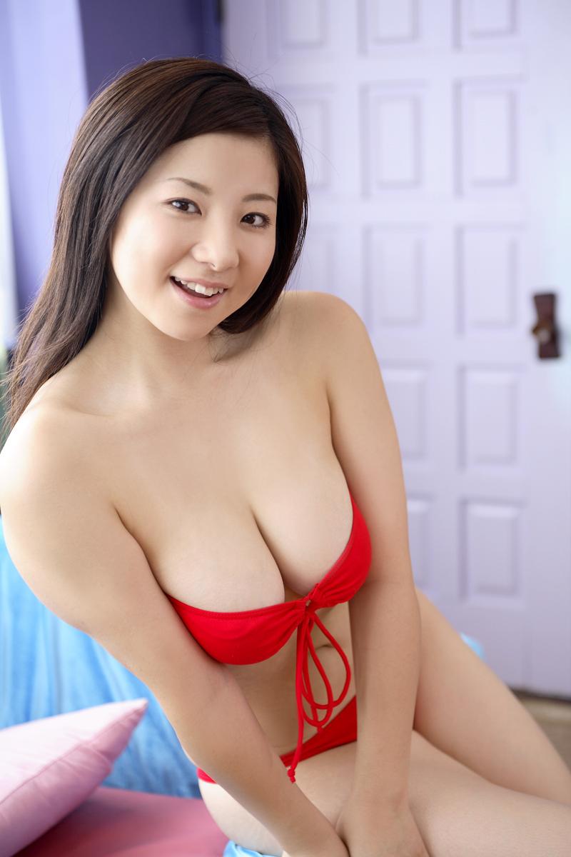 吉川綾乃 セクシー おっぱいの谷間 巨乳 果肉たっぷり ビキニ 水着 笑顔 エロかわいい画像2