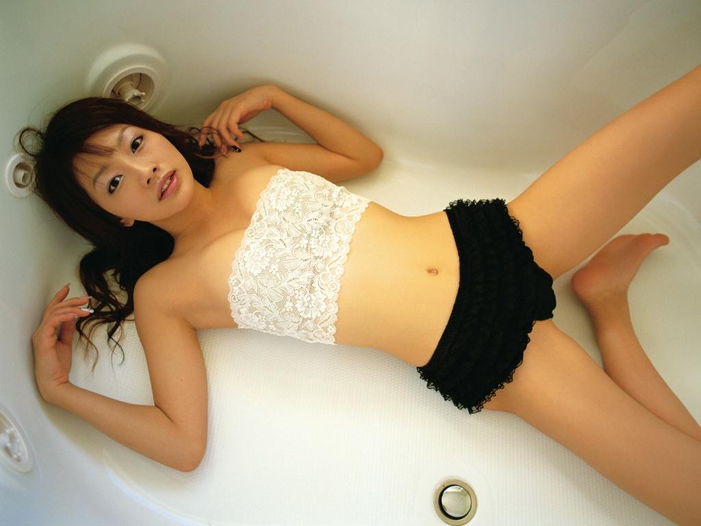 眞鍋かおり セクシー ハミ乳 チューブトップ 巨乳 開脚 太もも 寝ている エロかわいい画像6