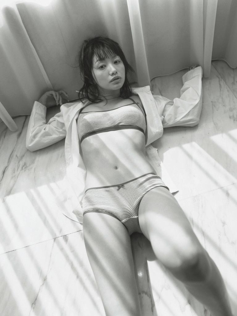眞鍋かおり セクシー 水着 寝ている 食い込み 局部 エロかわいい画像11