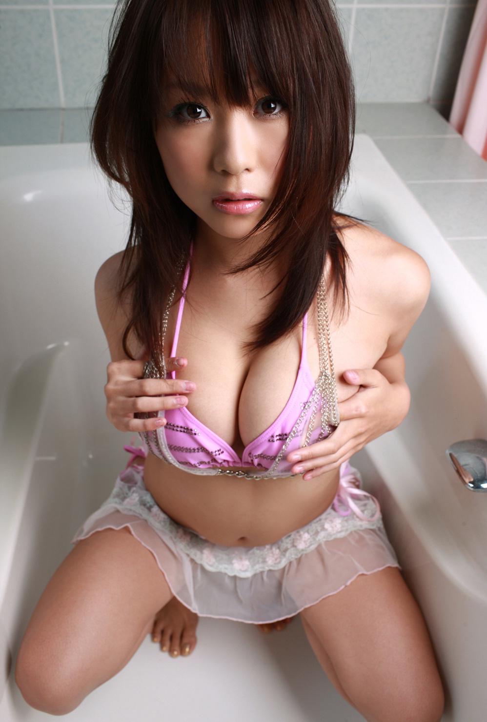 西田麻衣 セクシー おっぱいの谷間 巨乳 乳寄せ 上目遣い エロかわいい画像1