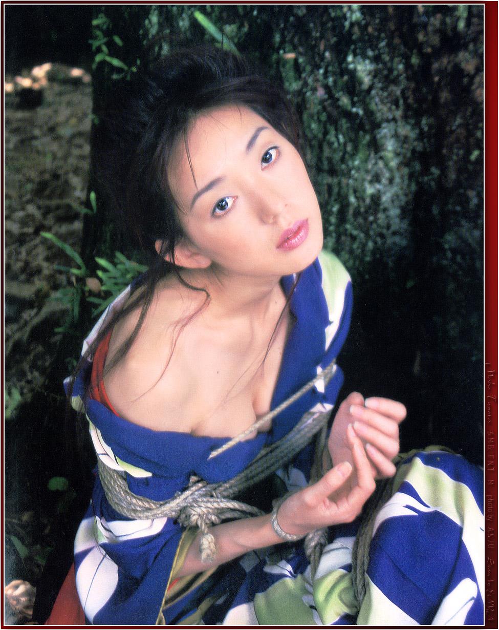 とよた真帆 セクシー おっぱいの谷間 セミヌード 縛り 見上げている 着物 女優 エロかわいい画像5