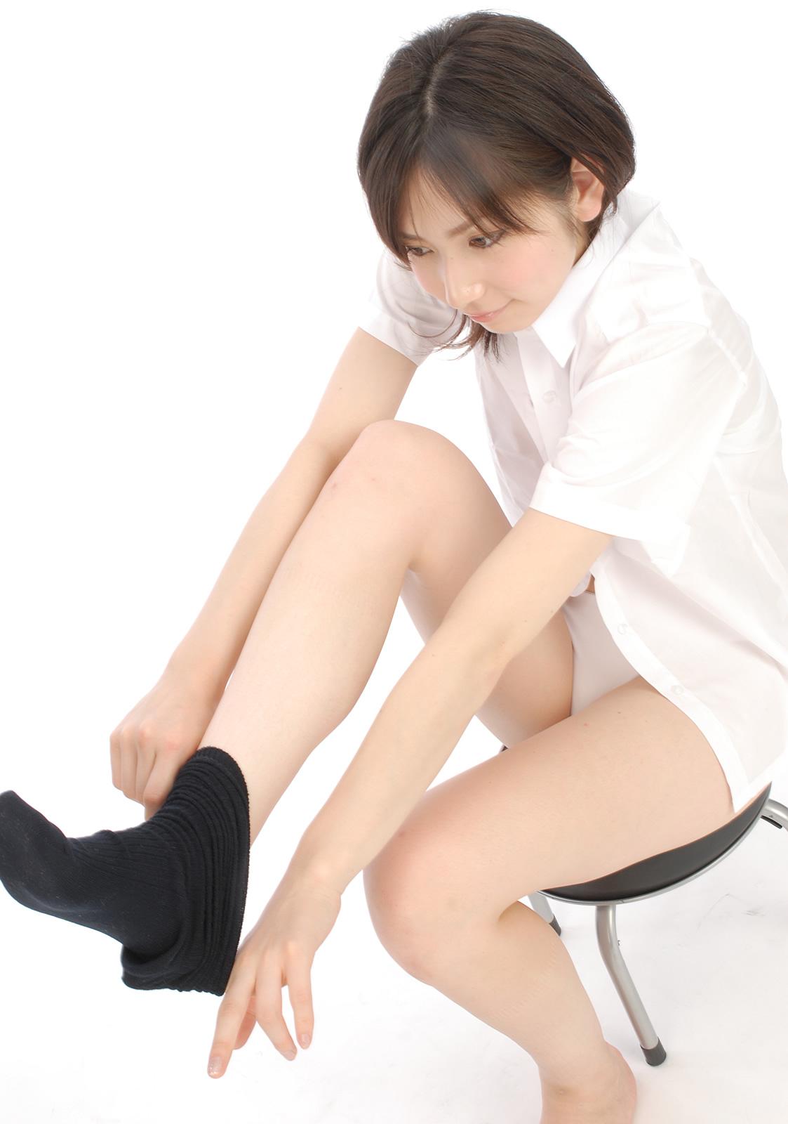 石井香織 セクシー 女子高生 制服 パンチラ 脱ぎかけ 太もも Yシャツ ソックス 笑顔 エロかわいい画像6