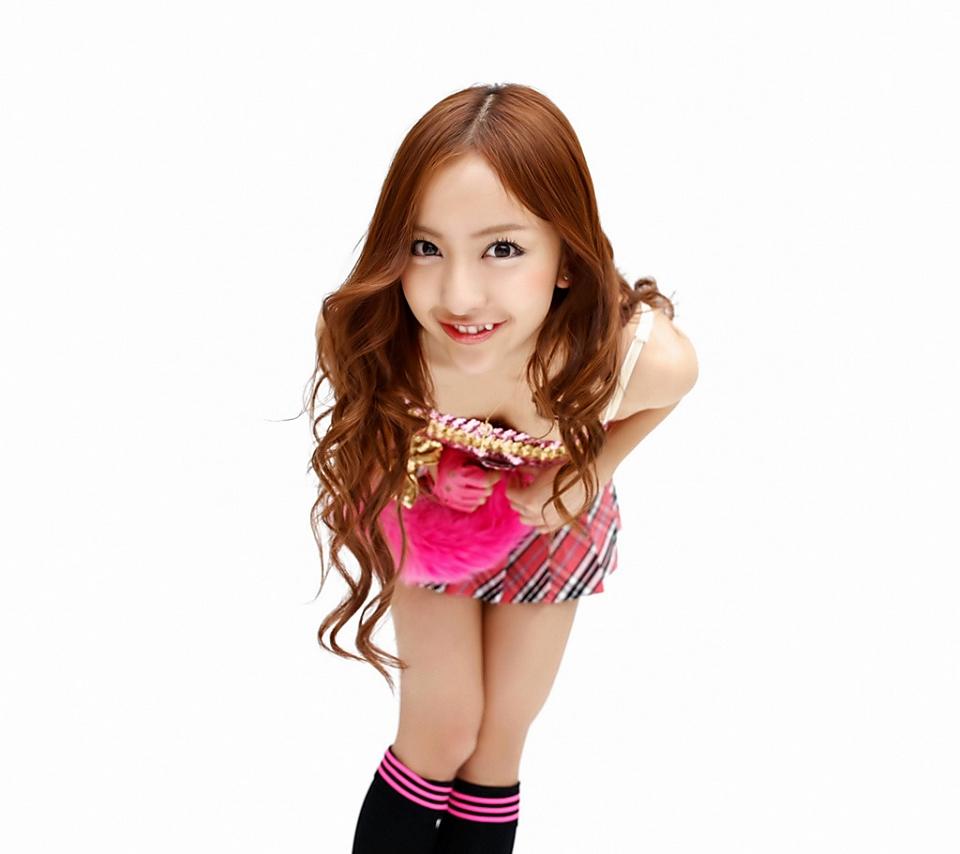 AKB48 板野友美 セクシー おっぱいの谷間 前屈み 笑顔 貧乳 八重歯 エロかわいい画像5
