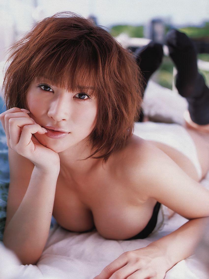 手島優 セクシー おっぱいの谷間 巨乳 顔アップ 顔射用 エロかわいい画像1