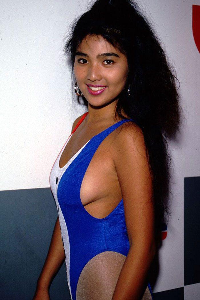 飯島直子 セクシー 横乳 巨乳 ハイレグ 水着 キャンギャル 笑顔 カメラ目線 90年代 エロかわいい画像1