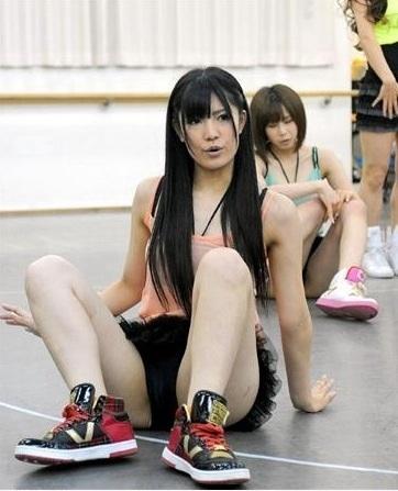 AKB48 倉持明日香 セクシー 開脚 ダンスレッスン風景 エロかわいい画像