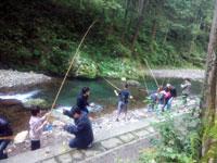 ニジマス釣り中