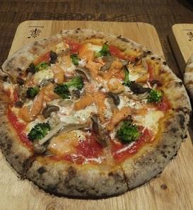 6スモークサーモンのピザ